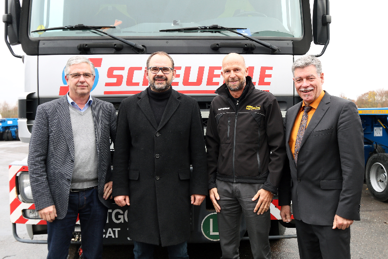 Andreas Kohler, Managing Director SCHEUERLE Fahrzeugfabrik, Horst Wallek, Managing Director Wallek Spezialtransporte, Marlo Gutmann, Managing Director Gutmann Spezialtransporte and Joachim Kolb, Area Manager Sales , TII Sales GmbH after the signing of the contract.
