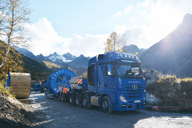 "Standing in front of a picturesque backdrop: ""One for all cases"" - through its modular design, the SCHEUERLE InterCombi is suitable for a wide range of applications, including here for the transport of cable drums weighing up to 1000 tonnes."