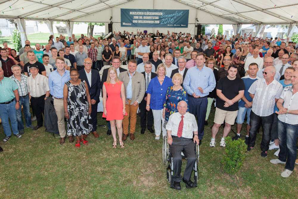 Multi-entrepreneur Otto Rettenmaier celebrates his 90th birthday together with employees from the TII Group at the company´s summer party.