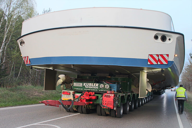 Impressive: the hull and upper deck of the MS Utting on the SCHEUERLE InterCombi trailers underway to Lake Ammer